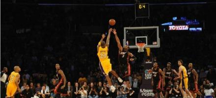 """Uno dei tanti buzzer beater di Kobe Bryant, uno dei più forti """"closer"""" attualmente in attività..."""
