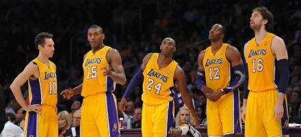 L'inizio di stagione poco convincente dei Lakers sta facendo tornare alla memoria dei tifosi un'altra annata sfortunata...