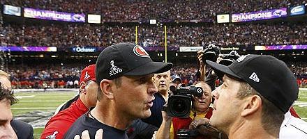 I fratelli Harbaugh faccia a faccia dopo la vittoria dei Baltimore Ravens. Dietro, le luci del Superdome...