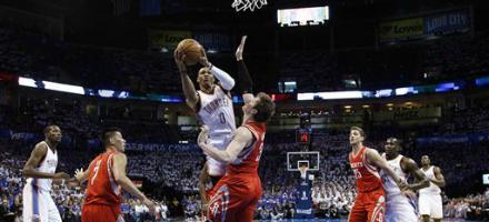 Russell Westbrook buca la difesa dei Rockets, OKC ricaccia indietro James Harden  e compagni