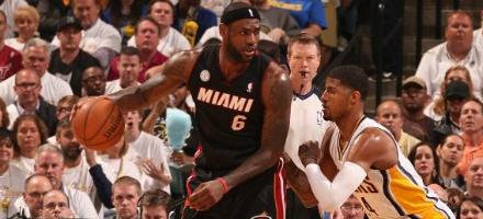 LeBron James spalle a canestro, solo delle tanti declinazioni del suo dominio