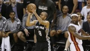 Tony Parker inventa il canestro decisivo. Spurs avanti!