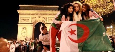Gli algerini prendono possesso del simbolo monumentale di Parigi, l'Arco di Trionfo sugli Champs-Elysees