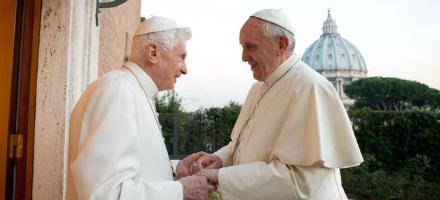 Il 2013 è l'anno della fotografia che mai avremmo nemmeno immaginato di poter vedere, l'abbraccio tra due Papi