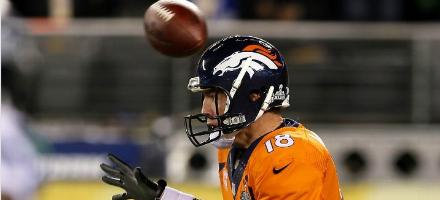 Peyton Manning si è appena accorto dello snap alto ma il pallone sta già andando in end zone. E' l'inizio della fine