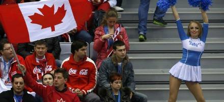 Ancora una immagine del nostro inviato a Sochi, questa volta travestito da canadese ma tradito dallo sguardo non sempre attento alla partita...