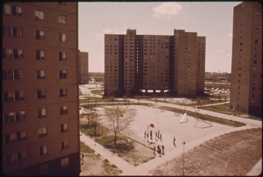 STATEWAY_GARDENS_HIGHRISE_HOUSING_PROJECT_ON_CHICAGO'S_SOUTH_SIDE._THE_COMPLEX_HAS_EIGHT_BUILDINGS_WITH_1,633_TWO_AND..._-_NARA_-_556161