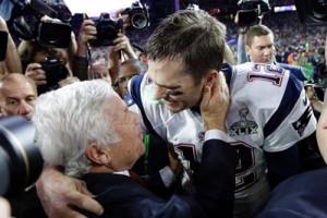 Tom Brady mentre festeggia insieme a Robert Kraft