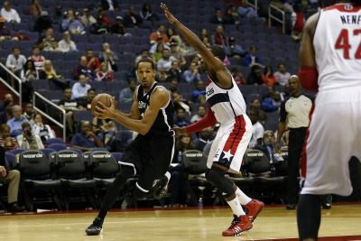Shaun-Livingston-drives-on-the-Wizards