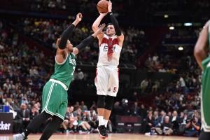 Alessandro Gentile al tiro contro Jared Sullinger (Foto www.maxwell972.com)