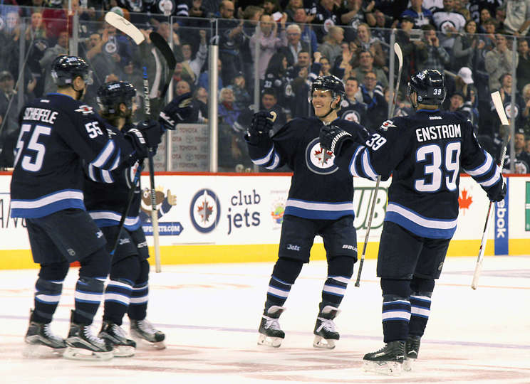 La seconda linea di Winnipeg festeggia il gol di Ehlers