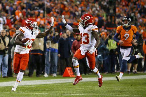Tyreek Hill (numero 10) ha pure il tempo per scambiare un high five con i compagni: emblema del sorpasso dei Chiefs ai danni di Denver.