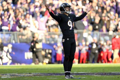 Justin Tucker (numero 9) celebra l'ennesimo field goal messo a segno: le speranze di playoff dei Ravens sono tenute in vita dalla sua gamba destra.
